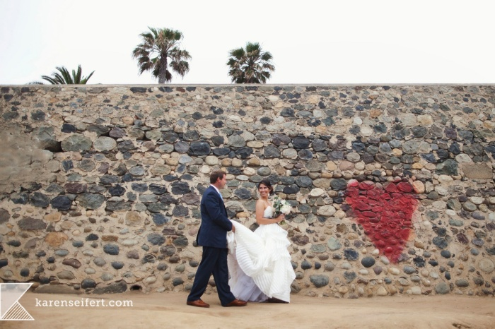 008_bride groom wedding heart wall la jolla